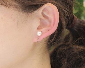 真珠のイヤリングの着用写真