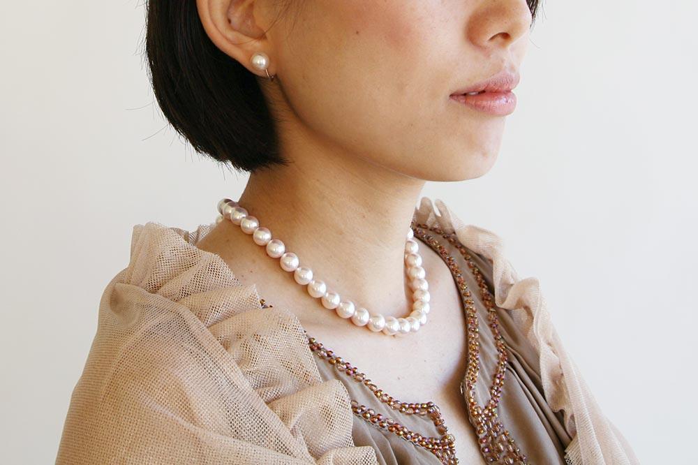 真珠ネックレスの着用写真