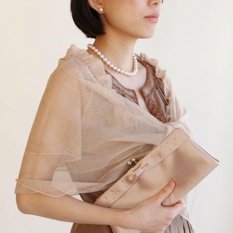 女性の礼服とパールネックレス